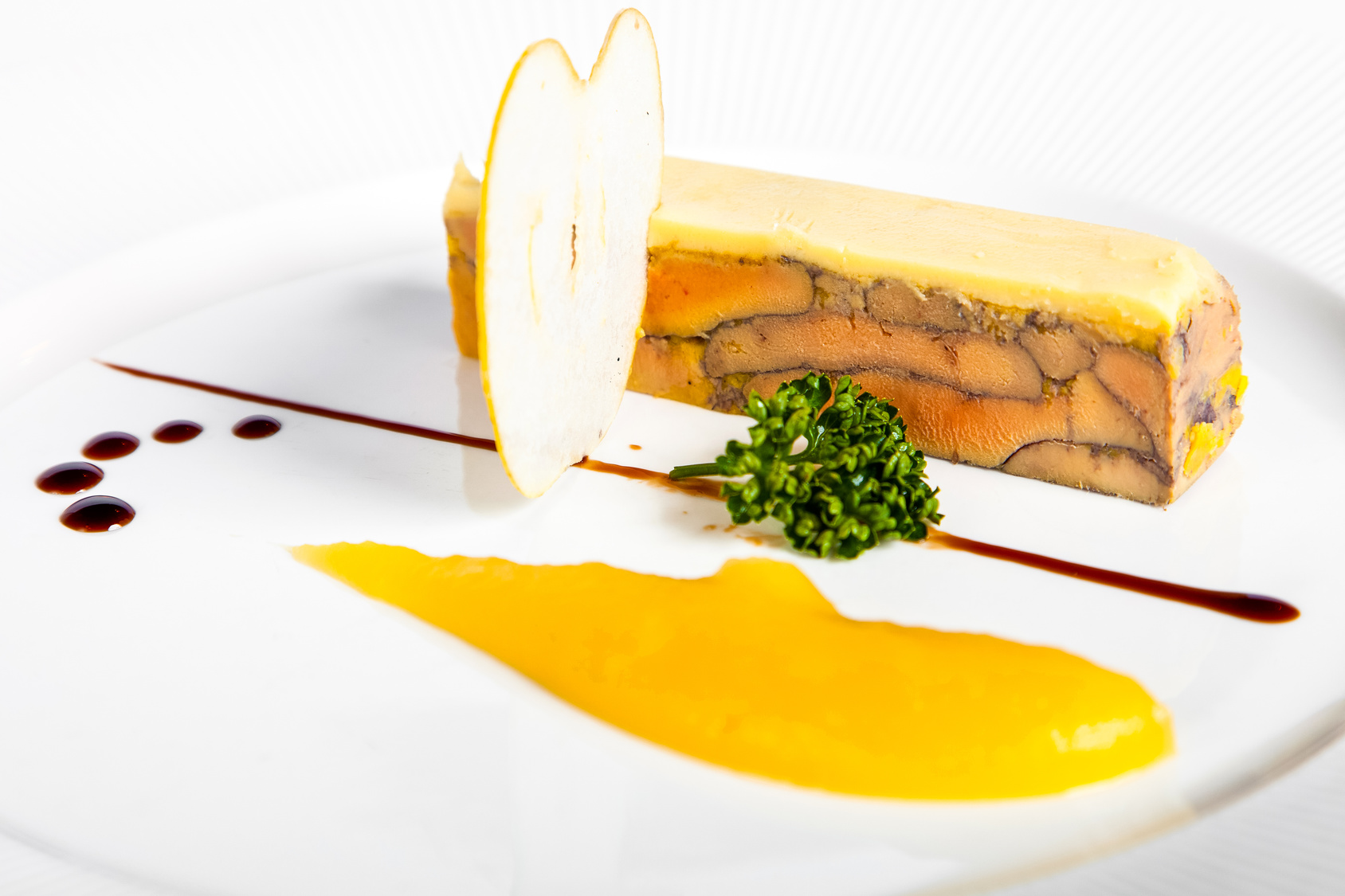 Terrine de foie gras et son coulis de mangue